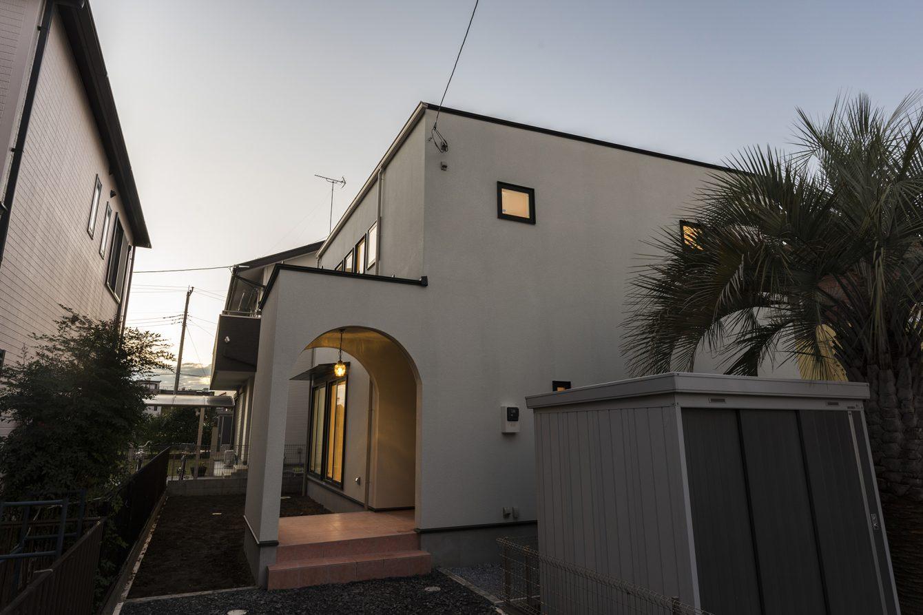 シンプルでモダンなアーチの家