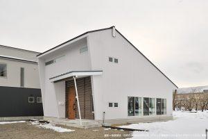 裸足ですくすく育つ無垢の白い家